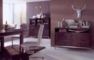 Massivholz Möbel lassen sich auch mit modernen Accessoires kombinieren.