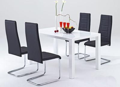 Schwarzer Stuhl mit weißen Tisch.
