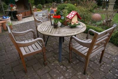 Sitzmöbel aus Holz für den Garten.