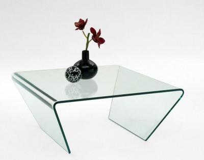 Glascouchtisch mit verjüngten Seiten und Blumenvase.