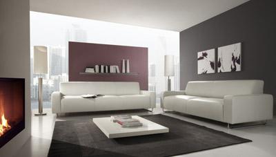 Weißes Sofa mit Metallfüssen.