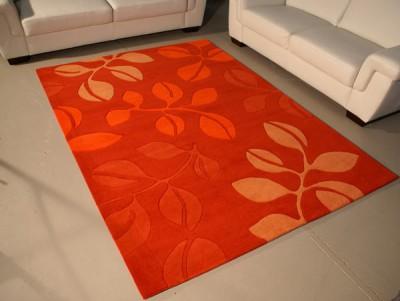 Roter Teppich zur weißen Couch.