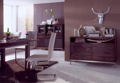 Massivholz Esszimmer mit modernen Accessoires.