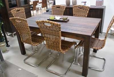 Massivholz Tisch mit Rattanfreischwinger